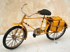 Bicicleta de hierro con alforjas