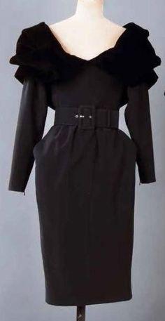 Yves SAINT-LAURENT Haute couture n°61329 Automne-Hiver 1986-1987 Robe de dîner en crêpe de laine noir, encolure bateau soulignée d'un col châle drapé en velours de même couleur, corsage droit, jupe à taille… - Gros & Delettrez - 14/10/2013