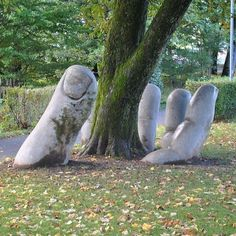 Poil dans la main XXL - Sculpture à Glaris en Suisse.