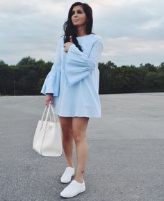 Blue Zara dress with bell sleeves * Blaues Zara Kleid mit Trompetenärmeln * White sneakers * Streetfashion * Fashionblog