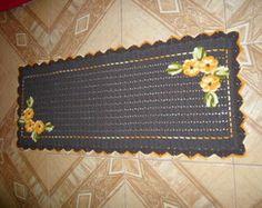 Passadeira marrom com apliques de flor