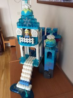 We added som snowflake stickers (for windows) to Elsa's Castle and now it feels completed. :) Great Job! :) Frozen, Lego Duplo