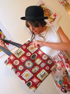 shopping orologi, realizzata in tela cerata fantasia euro 28  camicia elide, realizzata in cotone con balze in seta floreale euro 85