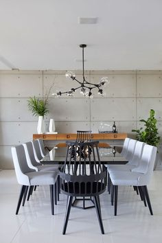 High Dining Table, White Dining Chairs, Dining Room Chairs, Large Round Table, Black And White Dining Room, Concrete Wall Panels, Dinner Room, Luxury Dining Room, Living Room Tv