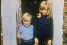 Family album picture of Lady Diana Spencer in Berkshire in with her brother Charles Edward, Viscount Althorpe, a former Page of Honor to the Queen. Princess Diana Biography, Princess Diana Photos, Princess Diana Family, Princess Of Wales, Princess Charlotte, Spencer Family, Lady Diana Spencer, Funeral, Family Album