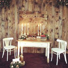 Scenografia czeka na Pannę Młodą !!! Już za momencik zasiądzie i skosztuje słodkości z House Cafe :) - kto jeszcze nie był na pysznej kawie, ciastach, lodach, gofrach - niech nadrabia zaległości.  #housecafeolsztyn #edanart #dekoracjeweselne #wesele #weselerustykalne #kwiatydoslubu #