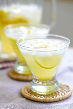 Lemon Drops on the Rocks Lemon Drops on the Rocks – easy martini cocktail with vodka, lemon juice, triple sec and sugar. Just mix everything together and your party is on! – Cocktails and Pretty Drinks Summer Drinks, Cocktail Drinks, Fun Drinks, Healthy Drinks, Cocktail Recipes, Alcoholic Drinks, Beverages, Martini Recipes, Drink Recipes