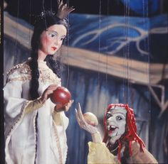 Snow White~Image by the Salzburg Marionette Theatre.