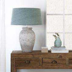 Vuls, una lámpara de mesa que vas a querer poner en todos los rincones de tu casa. Con base en cerámica imitando piedra y pantalla menta. #design #home #homedeco