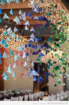 Decoración salón bodas con origamis colgados del techo
