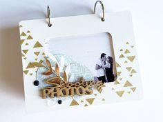 Bonjour, C'est à mon tour de vous présenter mon mini album réalisé avec un kit en exclusivité (et en quantité très limitée comme vous le savez déjà) pour les 12 ans de notre petite fée du scrap :-) Une structure bois peinte en blanc avec triangles dorés...