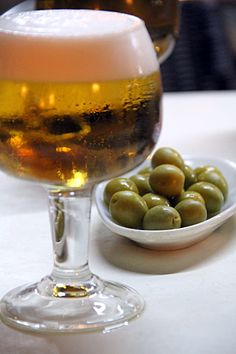 Cerveza bien fresquita y aceitunas