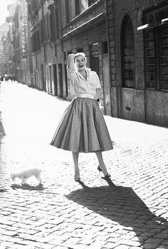Anita Ekberg in Rome, 1955 Anita Ekberg, Italy Fashion, 1950s Fashion, Vintage Fashion, Classy Fashion, Vintage Italy, Vintage Mode, Vintage Black, Retro Vintage