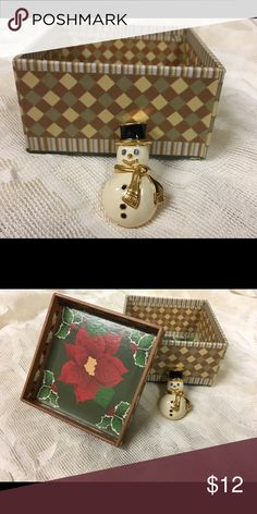 ☃️❄️Monet snowman pin❄️❄️❄️ Monet pin it is 1 and 1/2 inches big. Cute for winter. ❄️❄️❄️❄️⛄️ Monet Jewelry Brooches