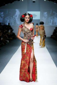 Photo galleries fashion week : Anna Avantie Spring-Summer Womenswear ( - The World's Fashion Business News Batik Fashion, Hijab Fashion, Runway Fashion, Fashion Show, Womens Fashion, Batik Kebaya, Kebaya Dress, Modern Kebaya, Thai Dress