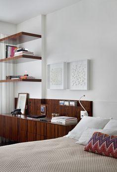 Apartamento SWS (Leblon, RJ) / Yamagata Arquitetura @yamagataa #quarto #bedroom #bed #shelves #wall