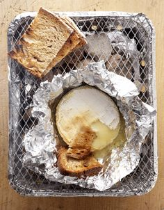 Recette Camembert au barbecue : Préparez les braises du barbecue (ou d'un barbecue jetable, en suivant les consignes d'utilisation). Retirez le papier qui ...