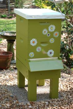 What a great looking hive! Bee Hives Boxes, Bumble Bee Honey, Honey Bees, Plan Bee, Bee Hive Plans, Bee Hummingbird, Raising Bees, Bee Swarm, Bee House