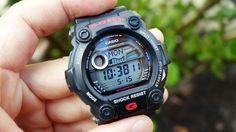 Cách Dùng Chức Năng Thủy Triều Đồng Hồ Casio G-Shock G-7900    ✦    Loạt đồng hồ Casio G-Shock G-7900 bao gồm các mẫu có số hiệu sản phẩm bắt đầu bằng G-7900, ví dụ như G-7900-3DR,… Giá mềm nhưng đặc biệt đa năng đã khiến loạt đồng hồ Casio G-Shock G-7900 nằm trong danh sách ăn khách hàng đầu hiện nay.   ✦    Và điều đặc biệt của tất cả chúng đó là sở hữu Thủy Triều và Dữ Liệu Mặt Trăng hỗ trợ cho các hoạt động sông nước như câu cá, chèo thuyền, lướt sóng,…