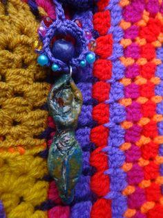 Detail omgehaakte AH tas, Godinnenhangertje gemaakt van klei