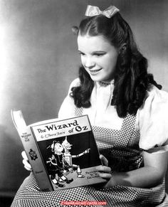 Forum or message board to discuss all topics related to Laos and Judy Garland. You'll find help and advice about Laos. Also Judy Garland information and pictures. Judy Garland, Classic Hollywood, Old Hollywood, Wizard Of Oz 1939, People Reading, Celebrities Reading, We Are The World, Actors, Over The Rainbow