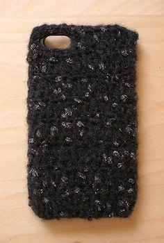 細いキッドモヘア糸を使って編んだiPhoneカバーです。他の出品中のケースと比べ薄く軽い付け心地です。 ところどころに銀のまあるいラメが星のきらめき。サイズは... ハンドメイド、手作り、手仕事品の通販・販売・購入ならCreema。