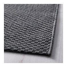 Mattan passar perfekt utomhus eftersom den tål regn, sol, snö och smuts. Om mattan blir blöt kan du hänga den över en stång eller ställa den i en lös rulle, så torkar den snabbt.