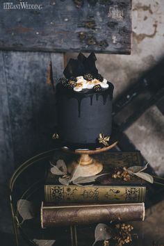Black wedding cake, dripped wedding cake, Halloween cake! www.elegantwedding.ca