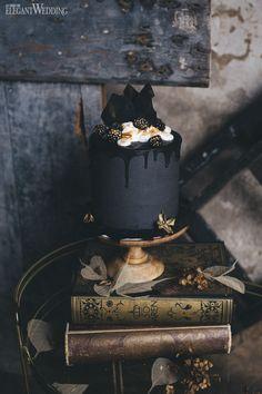Black wedding cake, dripped wedding cake, Halloween cake! www.elegantwedding.ca