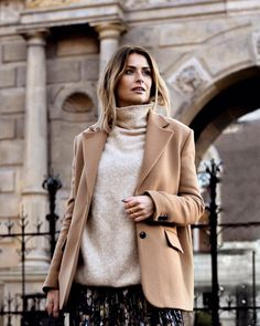 Discover ready-to-wear and accessories collections for women and men on the American Vintage e-shop. Floral Outfits, American, Ready To Wear, Turtle Neck, Coats, Pullover, Vintage, Sweaters, Jackets