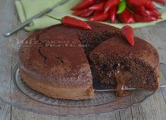 Torta al cioccolato fondente e peperoncino, soffice golosa e umida al punto giusto, un dolce sublime con un cuore al cioccolato ed un gusto piccante