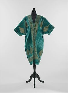 Evening coat, Fortuny, ca. silk and metal, Brooklyn Museum Costume Collection at The Metropolitan Museum of Art 20s Fashion, Art Deco Fashion, Fashion History, Retro Fashion, Vintage Fashion, Fashion Design, Paris Fashion, Granada, Vintage Outfits