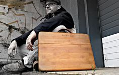 Cool Macbook case by Silva Ltd, it´s made from a solid sheet of bamboo and has a hard, glass-like finish. Silva LTD has designed the case so that it feels comfortable in your hand and shows off as much as it can, while still protecting your MacBook. Macbook Pro Case, Macbook Case, Gadget Magazine, Leather Laptop Case, Portfolio Case, Home Gadgets, Apple Products, Diy Design, Wood Design