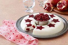 Crema de vainilla con estrellas de gelatina de frambuesa y granada