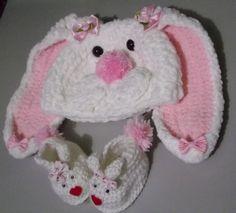 Gorro e sapatinho confeccionados em croch�. <br>detalhes - lacinhos, pompom,bot�es e olhinhos m�veis <br>cor - branco/ rosa e branco/azul <br>tamanhos - RN/ 1 a 3 / 3 a 6 / 6 a 9 meses para tamanhos maiores consulte