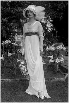 1912 - Russian ballerina Anna Pavlova, who became the forts ballet dancer to tour the world with her own dance company. She moved to London in 1912 and is photographed here in her Hampstead garden wearing a soft belted gown, hat and her ballet shoes. Anna Pavlova, Belle Epoque, Foto Fashion, Fashion History, Fashion News, Mode Vintage, Vintage Ladies, Edwardian Fashion, Vintage Fashion