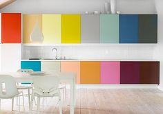 Det ultimate color blocking-kjøkkenet! Dette er deilig, fargerikt og rommet er mest sannsynlig en fryd å oppholde seg i. En ellers nøytral bakgrunn gjør at kjøkkenet nesten fremstår som et kunstverk.