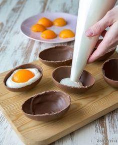 Valkosuklaavaahdolla täytetyt suklaamunat päättävät pääsiäisen juhla-aterian herkullisesti. Ulkonäöstä huolimatta herkku ei sisällä kananmunaa, vaan hämäys on tehty aprikooseilla. Lusikoiden vai haukaten - tyyli on vapaa! 12 kappaletta Ainekset: 6 (à 50 g) isoa suklaamunaa 200 g aprikoosinpuolikkaita 1 liivatelehti 2 dl vispikermaa 100 g valkosuklaata 250 g maustamatonta tuorejuustoa ¾ dl aprikoosien sokerilientä Halkaise suklaamunat […] Sweet Cookies, Sweet Treats, Delicious Desserts, Yummy Food, Just Eat It, Easter Cupcakes, Swedish Recipes, Food Decoration, Chocolate Treats