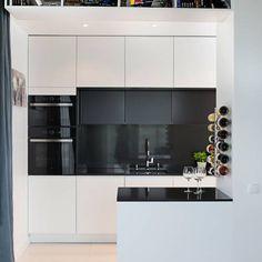 Biało czarna kuchnia, w której nie tylko blat ale cała wnęka została wyłożona czarnym konglomeratem kwarcowym. Kitchen Interior, Ideas Para, Bathroom Lighting, Sweet Home, Furniture, Home Decor, Kitchens, Bathroom Light Fittings, Bathroom Vanity Lighting