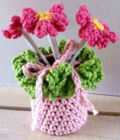 http://www.bestfreecrochet.com/2010/11/19/pretty-pink-pen-holder-free-crochet-pattern/