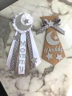 Rustic Twinkle Twinkle Little Star Corsage ⭐️ This set comes with mommy's corsage and daddy's tie! You will receive them exactly as pictured unless you message me to change the colors. Approximate Size Mommy's Corsage- 3inW X 7inH Daddy's Tie- 3inW X 5inH