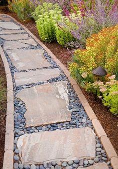 Природный камень в саду смотрится очень гармонично и естественно.