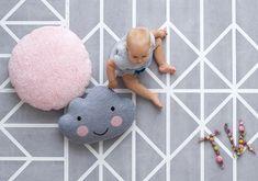 Babys und Kleinkinder verbringen viel Zeit auf dem Boden, dann darf es auch gerne bequem und hübsch sein. Mit den weichen und stilvollen Spielmatten von Toddlekind liegst Du also genau richtig, sie sind nämlich Spielteppich und attraktiver Bodenbelag in einem.