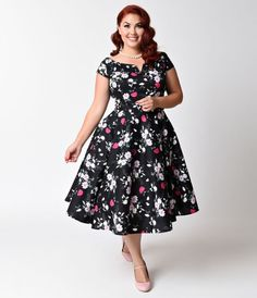 People are buzzing about Belinda, dames! A dazzling black plus size vintage swing dress style blooming with a beautiful spring floral print, the Belinda dress from Hell Bunny is a fragrant frock. With a notched neckline and short cap sleeves, the feminine