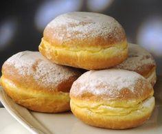 Ecco la ricetta per i golosissimi e famosi dolci di origine austriaca-bavarese, i bomboloni! Ottimi caldi spolverati di zucchero a velo o farciti con crema pasticcera o al cioccolato.
