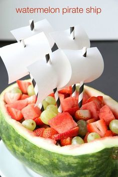 How to Make a Watermelon Pirate Ship from Great idea for a pirate party! Fête Peter Pan, Peter Pan Party, Pirate Food, Pirate Day, Pirate Themed Food, Pirate Party Foods, Breakfast Party, Decoration Pirate, Pirate Party Decorations