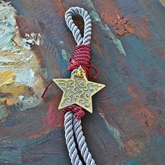 Κι όποιος το 'βρει μέσ' τ' άλλα αστέρια ανάμεσα και δεν το χάσει σε μιαν άλλη Βηθλεέμ ακολουθώντας το μπορεί να φτάσει. Το γούρι αστέρι της Βηθλεέμ είναι από μπρούτζο με ασημί το εσωτερικό του και είναι δεμένο με μεταξωτό ασημί και κόκκινο κορδόνι. Christmas Crafts, Christmas Decorations, Christmas Ornaments, Holiday Decor, Lucky Charm, Merry Xmas, Christmas Inspiration, Christening, Projects To Try