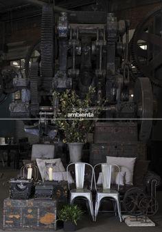 Elementos. Baúles, maquinas de escribir, sillas industrial plateadas, plantas, velas, linternas, engranes, cojines...