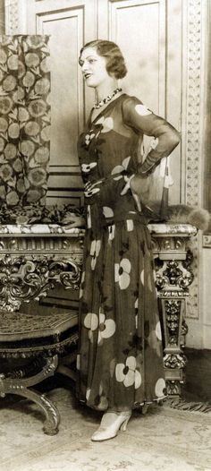 Damesmode. Mode van de Parijse ontwerper Paquin. Lange avondjurk van crêpe-georgette in een motief van bloemen. De titel die deze creatie meekreeg was 'Chimère'. Parijs, Frankrijk, 1930.