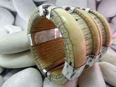 Antigua pulsera articulada de marfil y plata procedente de Rajhastan, India. Catalogada como elaborada a finales del siglo XIX. El diametro de la parte superior mide 7 cm; el de la base de la pulsera 7,6 cm. La altura es de 7 cm. Precio: 450 Euros
